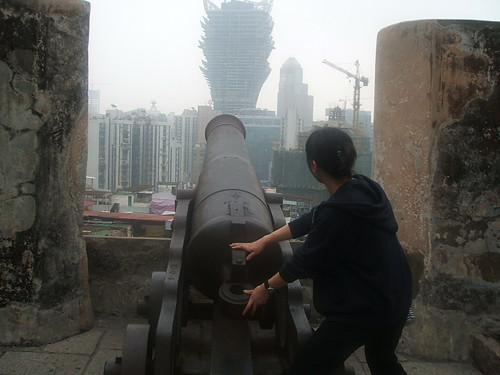 グランドリスボアホテルのタワーを攻撃するアホ