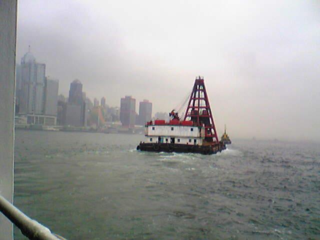 ヴィクトリア湾を行く作業船